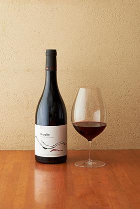 「シェフソムリエの蒋栄大さんが選んだワインは、ドメーヌ・デ・ザコル社の『グリフ2013年』。コードデュローヌの赤ワインで、樹齢50年以上のカリニャンという品種のぶどうを使用。骨格はしっかりとしているが、甘いニュアンスや渋みも感じるバランスの取れた味わい。赤ワインだが13℃に冷やしているので、冷製の料理とも相性抜群。