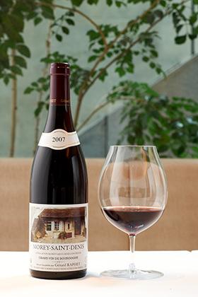 今回の料理を引き立てるワインは「MOREY SAINT DENIS 2007」。ピジョン(ハト)と合わせる定番の赤ワインでカシス系の優しい酸味が特徴。料理の素材である紅葉に含まれるタンニンは果実との相性抜群だとか。料理とワインのマリアージュを楽しんで欲しい。