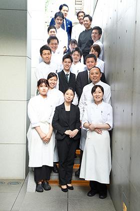 岸本シェフ(右列前から2番目)、総支配人の泊大輔さん(右列前から3番目)ほか、「ランベリー」スタッフと併設している「ランベリー ビス」のスタッフのみさん。