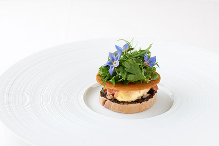 「フォアグラ冷製」<br>濃厚なフォアグラの甘みにイチジクの酸味、生ハムの塩味−。そして、黒にんにくといぶりがっこの思いがけない味の変化球と食感との出会いに感動すら覚えるひと皿。