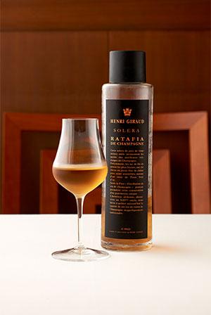 HENRI GIRAUD(アンリジロー)」。ブロンズがかった美しい琥珀色のワイン。ブランデーを添加して酒精強化したワインを樽で熟成。上質のピノ・ノワールが贅沢に使われ、香り高く優雅な味わいが特徴。「フォアグラの甘み、こってりとした味わいとの相性が抜群で、軽やかにお召し上がりいただけます」とソムリエの朝倉香澄さん。
