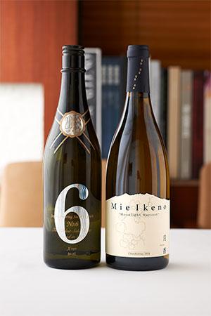 今回の料理に合わせてソムリエ成澤亨太さんがセレクトしてくれた2本。酒も国産を意識している。左の「新政 NO.6 R-type Essence」は料理の香りを邪魔しないように、あえて冷やで提供する。徐々に常温になると日本酒らしいフローラルな香りとボリューム感も楽しめるという仕掛けだ。右の「Mie Ikeno 月香 シャルドネ」は、ムーンライト・ハーベストと呼ばれる夜中に収穫したシャルドネを使ったワイン。ぶどうのアミノ酸がふぐと松茸の旨味によく合う。