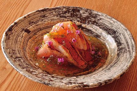 築地の目利きも唸る銚子の金目鯛を炙り、橙の酸味と鰹出汁のうまみが加わる土佐酢のジュレを添えたひと皿。
