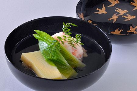 「季節の椀」はこれから旬を迎える筍と車海老のしんじょを合わせた春らしい一品。山本シェフが料理をする上で最も重視している出汁の美味しさを最も端的に感じられる。