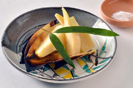 職人技が光る絶妙な火の入れ加減で仕上げた白子筍の炭火焼。ほろほろと解ける柔らかい食感、口に広がる甘い香りと旨味がダイレクトに味わえる。