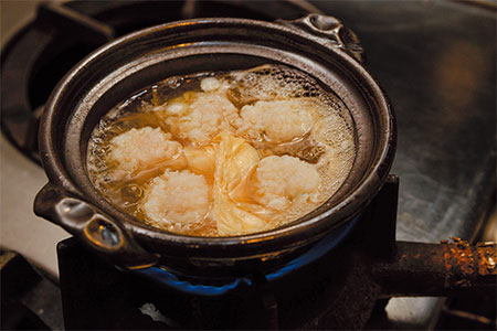 食材はもちろん直炊きで。素材本来の味をしっかり出汁へと染み渡らせる。