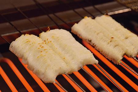 脂がのった鱧をまずは白焼きし、タレをかけてしっかり焼き目を付ける。再びタレをかけて、さっと乾かす程度に火を通す。香ばしさに食欲が増し、一口食べると脂のうまさに感動を覚える。