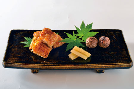 夏を感じられる3品を一皿で。「鱧の山椒焼き」は皮目までしっかり焼かれた鱧の香ばしさと脂の旨味にピリリとした山椒がクセになる一品。塩でいただく「衣被(石川小芋)」は素材そのものの味が濃く、トロリとした食感を楽しめる。最後に「セロリの土佐酢漬け」。鰹と昆布のダシにまろやかな酢が合わさり、シャキシャキとした食感のセロリとの相性も抜群。