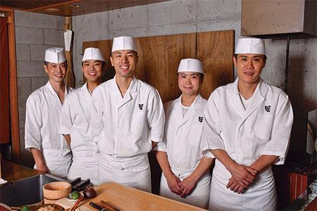 「鮨職人は、いつか自分の店を持つことが夢です」と石阪さんはいう。若いスタッフも第二・第三の石阪さんを目指すのだろう。