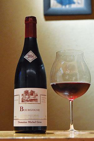 2014年産のミッシェル・グロブルゴーニュ・ルージュ。柔らかい口当たりで、鮨を口にした後でもタンニンが邪魔をせず、スッとした香りが広がる。永田さんがセレクトしたワインは常時120本以上ストックされている。