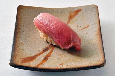 赤酢を使った中トロの握りは、シャリが硬くならず口に入れるとホロっと溶ける。しっかりした素材のみに使われるそう。