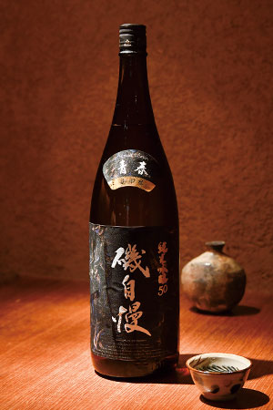 静岡県焼津市の酒造で造られている「磯自慢 純米吟醸50 青春」。元吉さんが集めた自慢のぐい呑みコレクションの中から、お好みのものを選びグイっといただくと、さらに味わい深くなる。