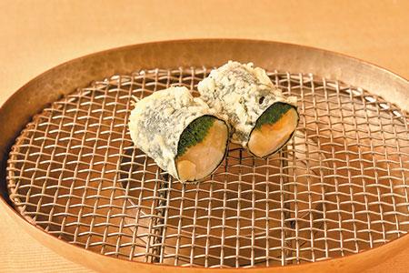 芽ネギとアオヤギの小柱の海苔巻き。芽ネギの風味とシャキシャキ感と小柱の半生感を残すため、サッと揚げるのがポイント。焼き塩でいただく。