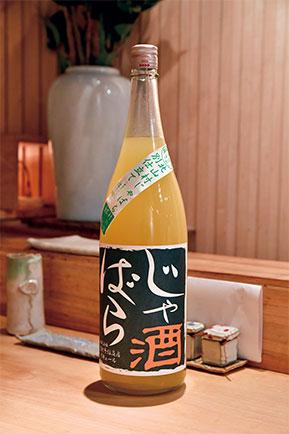 鶏の脂を流すような、さっぱりしたお酒を探していた時に出会った、人口500人の和歌山県北山村でしか採れない希少な柑橘類からできた「じゃばら酒」。『邪を払う』から名づけられた縁起物。酸味・甘味・苦味が一体となった通好みの大人のリキュール。