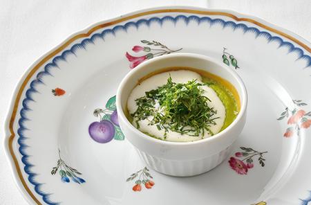 コースの一品目は、旬のイタリア産グリーンピースを水と塩でゆっくり煮出し、なめらかなピューレ状にして溶き卵を加えオーブンで焼いた『イタリア産ピゼッリノフラン ミント風味』。口に含むと香ばしいグリーンピースの味と香りが広がり、あとからふんわりと刻みミントのさわやかな香りが広がる。