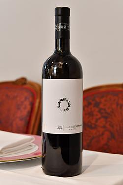 完全おまかせのグラスワインペアリングは、料理に合ったものを当日にシェフが実際に飲んで決める。この時のワインは、イタリア最良のワインの一つとも言われている「ヴィトフスカ[2011]ヴォドピーヴェッツ」