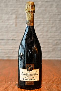ワインやシャンパンはブルゴーニュ産を中心に取り揃える。塩味と出汁の効いた料理には、繊細な味わいのシャンパン「エリック・ロデズ」を。常駐のソムリエが、日ごと変わるメニューに合わせたベストチョイスを提案してくれる。