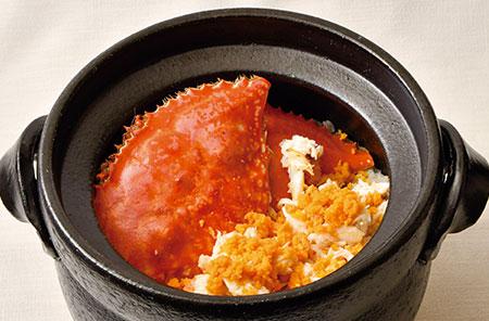 コースの最後に登場する、季節の甲殻類を使った土鍋ご飯。客のペースに合わせて、加藤さんが絶妙なタイミングで炊き上げる。蟹や海老の殻から取った出汁で米を炊くことにより、しっかりとした素材の旨味が口の中に力強く広がる。写真はメスの渡り蟹の身と外子、内子を贅沢に使った「渡り蟹の土鍋ご飯」。