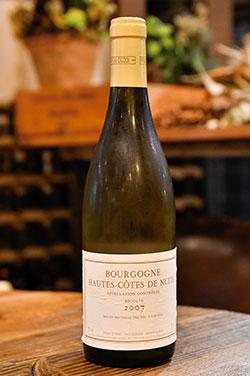豚肉や鶏肉などの白い肉料理には、ふくよかな味わいが特徴の「ブルゴーニュ・オート・コート・ド・ニュイ」の白を。ロマネ・コンティの製造元である「ドメーヌ・ド・ラ・ロマネ・コンティ(DRC)」が造るワインで、日本ではなかなか味わえない。フランスワインのほか、オセアニアのワインなども幅広く取り揃える。