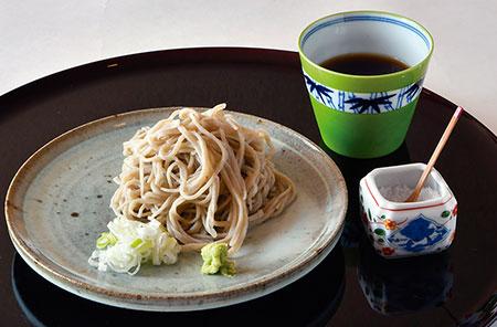 コースの最後に〆として提供される手打ち蕎麦。畠山さんの出身地・岩手県にある八幡平で作られた蕎麦粉を使用している。最初はそのまま、続けて塩で、最後はつゆで食べるのがおすすめだそう。1週間寝かせたかえしを鰹・鯖節・煮干しの出汁で割ったつゆも絶品だ。