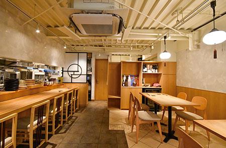 カウンター6席、テーブル8席、4~6人の個室が1つの、シンプルでモダンな内装の店内。