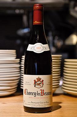 「ショレイ・レ・ボーヌ」。ブルゴーニュの中でも多くの料理と相性が良く、特にシャルキュトリーや冷製肉料理などにあう赤ワイン。ベリー系のやさしく上質な酸味が特徴で、余韻がありながらもさわやかなのどごし。