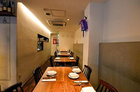 白を基調にしたシンプルな内装の店内。半オープンキッチンで、全22席。個室は6席。2