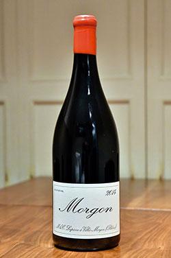 「Morgon2016」。岡田シェフが働いていたワイナリー「ラピエール」が、手間ひまかけて作った昔ながらの自然派ワイン。どんな料理にも合う、染み入るようなおいしさで、心が豊かになる味。2016年ものは今が飲み頃。