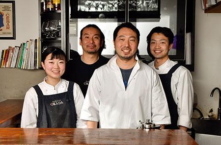 岡田シェフ(右から2人目)とスタッフのみなさん。年に一度の社員旅行では、スタッフを連れて国内の食材の産地やフランスへも。