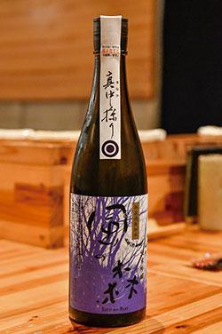 「風の森 雄町 純米吟醸 真中採り」。奈良県の油長酒造が醸す人気の日本酒。透明感があり、濃すぎずあっさりしすぎずバランスのよい味で、肉でも野菜でも合う。