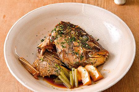 真鯛のかぶと煮 熊本の赤酒を使い、こっくりとした甘さがありつつも上品な仕上がり。粒山椒の香りもさわやかで、抜群に日本酒と合う。仕入れ次第だが、コースで提供されたらラッキーな一品。