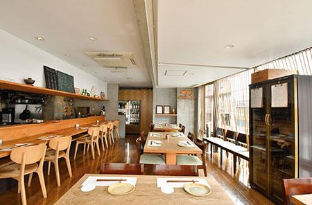 ゆとりのあるテーブル席のほか、厨房の様子や香りを間近に感じられるカウンター席も。