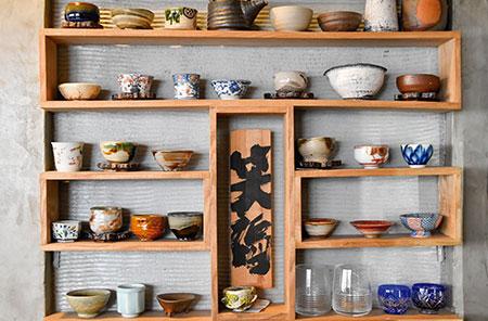 飾り棚には、常連客が出張のたびに買ってきてくれるという器が並んでいる。