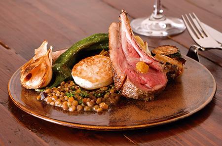 仔羊背肉のロースト 季節の野菜とともに低温でじっくりとローストした仔羊肉は、驚くほどジューシーでやわらか。2 ~3人でシェアするのもおすすめだ。