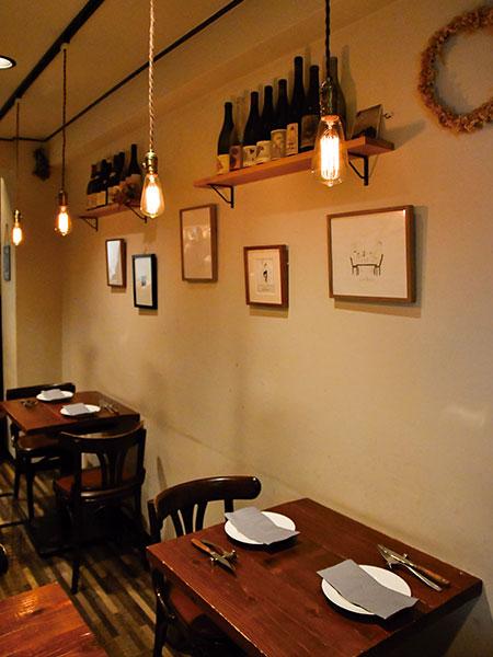 「Le Bois=森」の名の通り、隠れ家的な雰囲気が漂うウッディーで温かみのある店内。
