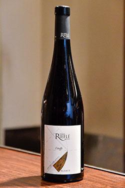 「Domaine Rieflé Pinot Noir L'Etoffe」。軽やかな味わいと華やかな香りが、料理に優しく寄り添う。