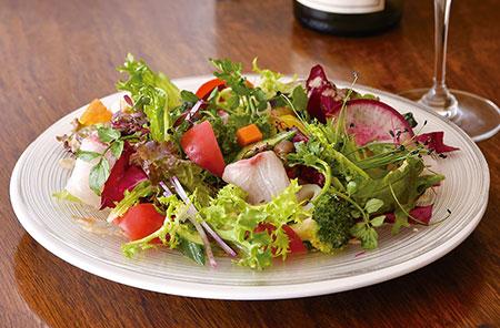 本日の鮮魚と彩り 野菜のサラダ仕立て 種類豊富な野菜を一度に味わえる一皿。お客様から苦手な食材を聞いて組み立てる、サラダを中心としたおまかせコースも人気。