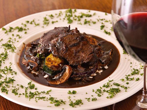 口の中でホロホロととろける「和牛ほほ肉の赤ワイン煮込み」。サラダとは違う種類の野菜が添え られているのも嬉しい。