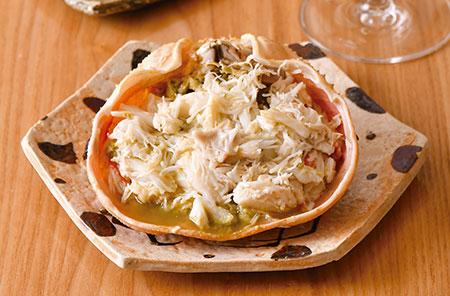 松葉蟹の甲羅詰め ボイルして甘味が増した身をほぐし、濃厚な蟹味噌とともに甲羅詰めに。中央には独特の食感が楽しめる蟹の心臓が。