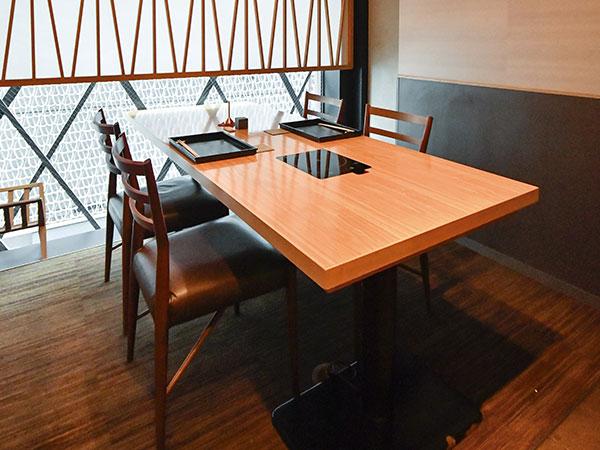 店内には掘りごたつ式の座敷が2室とテーブル席が1室。座敷は2部屋をつなげて12名まで利用することもできる。海外からのお客様には座敷が人気