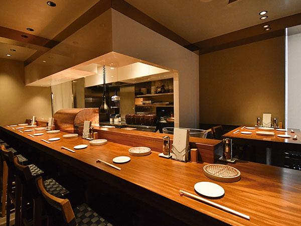 カウンター9席とテーブル4席の上質な空間。女性客の利用も多いという。