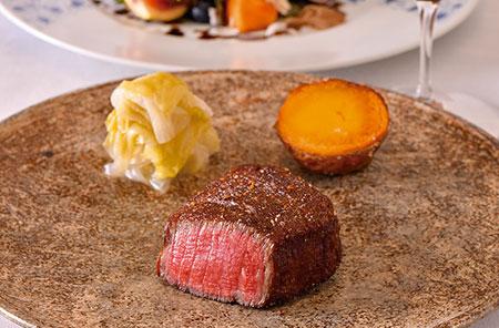 太田牛シャトブリアンのステーキ 但馬牛の一流ブランド「太田牛」。分厚くカットした肉を、表面は香ばしく内側はしっとりと絶妙なバランスで焼き上げた逸品。