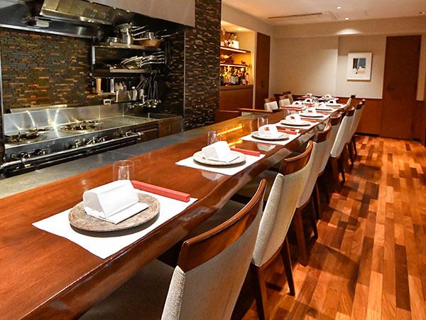 カウンター6席と、その延長上にあるテーブル6席。どの席からも調理場が見え、ライブ感も楽しめる。サーロイン、シャトーブリアン、タン、ランプと、メインのステーキは各部位から好みのものを選べる。