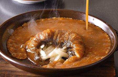 フカヒレの姿煮 濃厚な白湯スープで煮込んだ毛鹿(もうか)ザメの尾ビレに、客の目の前でソースをかけて仕上げる。口に含むとホロリと繊維がほどける逸品。