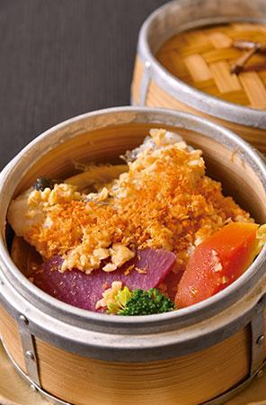 ヒゲダラと季節の野菜をセイロで蒸し上げた、彩り華やかな前菜。