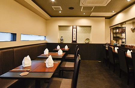 落ち着いた雰囲気の上質な空間。テーブル席のほか、調理の様子を間近に感じられるカウンター席も。