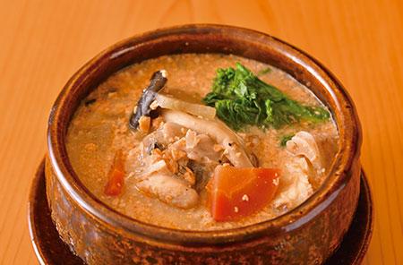 毛寒い季節にうれしい身体が温まる「あんこうの小鍋仕立て」。あん肝と白味噌のコク、季節野菜の旨みを存分に味わえる一品だ。
