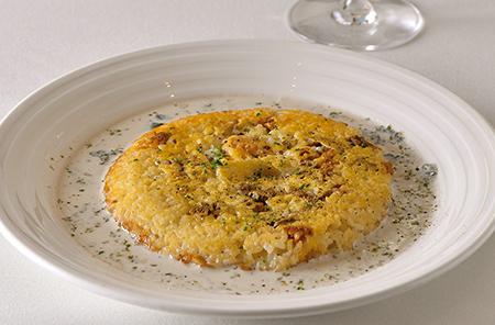 焼きウニのリゾット 新鮮なウニとチーズをのせて香ばしく焼き上げたご飯を、海苔のクリームソースで仕上げた人気の一品。あつあつのうちにソースをからめて。