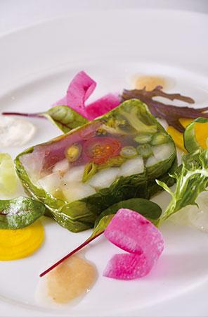 旬の無農薬野菜をふんだんに使った「季節野菜のテリーヌ」。優しい味わいで、新鮮な野菜の食感を楽しめる。