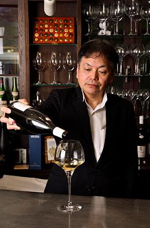 「お好みをお伝えいただければおすすめのワインをご提案します」。カウンターを挟んでワイン談義に花が咲くことも。